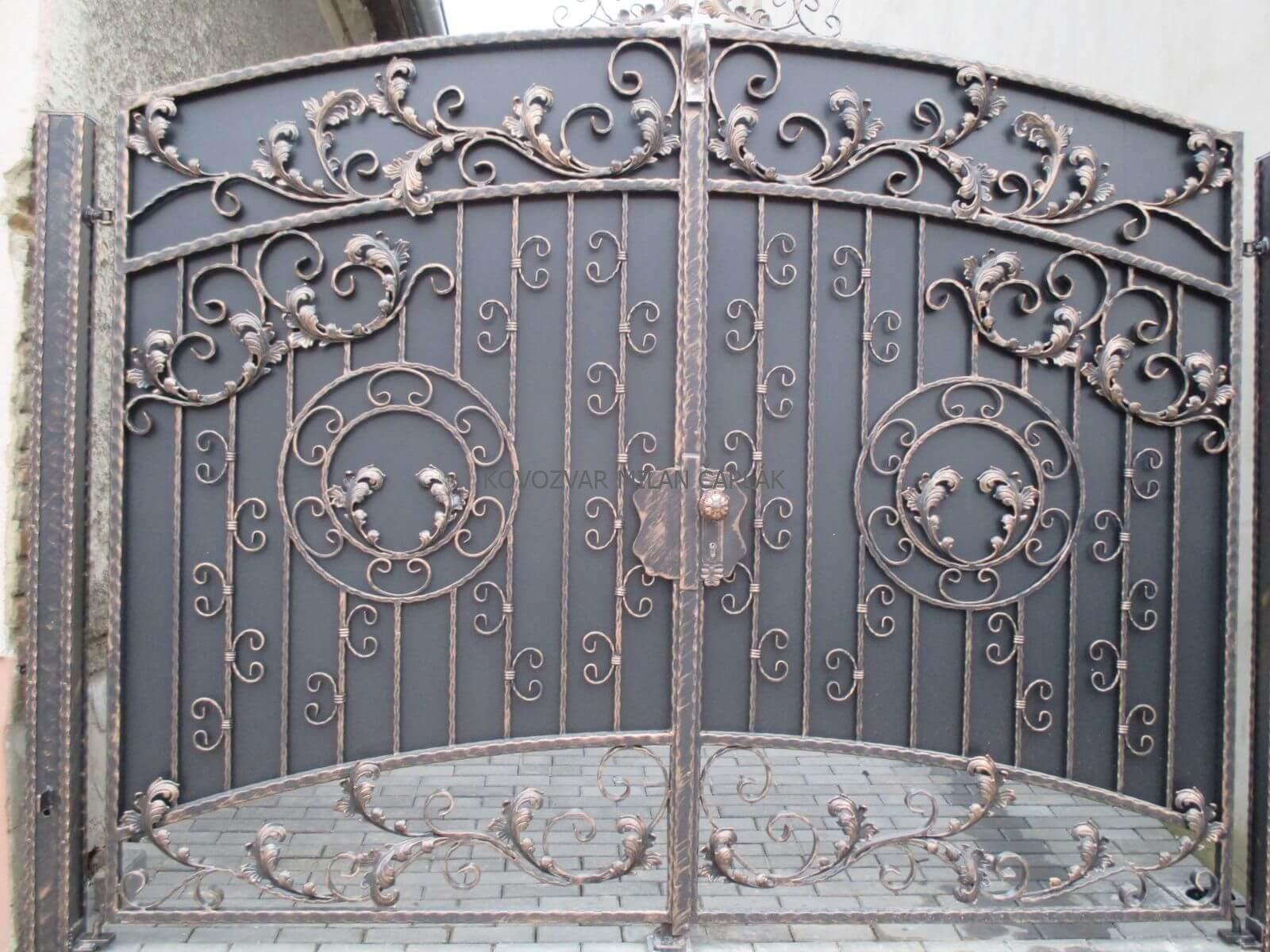 Dodáme Vám posuvné kované brány, samonosné kované brány, dvojkrídlové kované brány, pozinkované kované brány, práškovo maľované kované brány a luxusné kované brány. Vlastné rozmery kovanej brány, cenová ponuka zadarmo a dovoz v rámci celej SR.