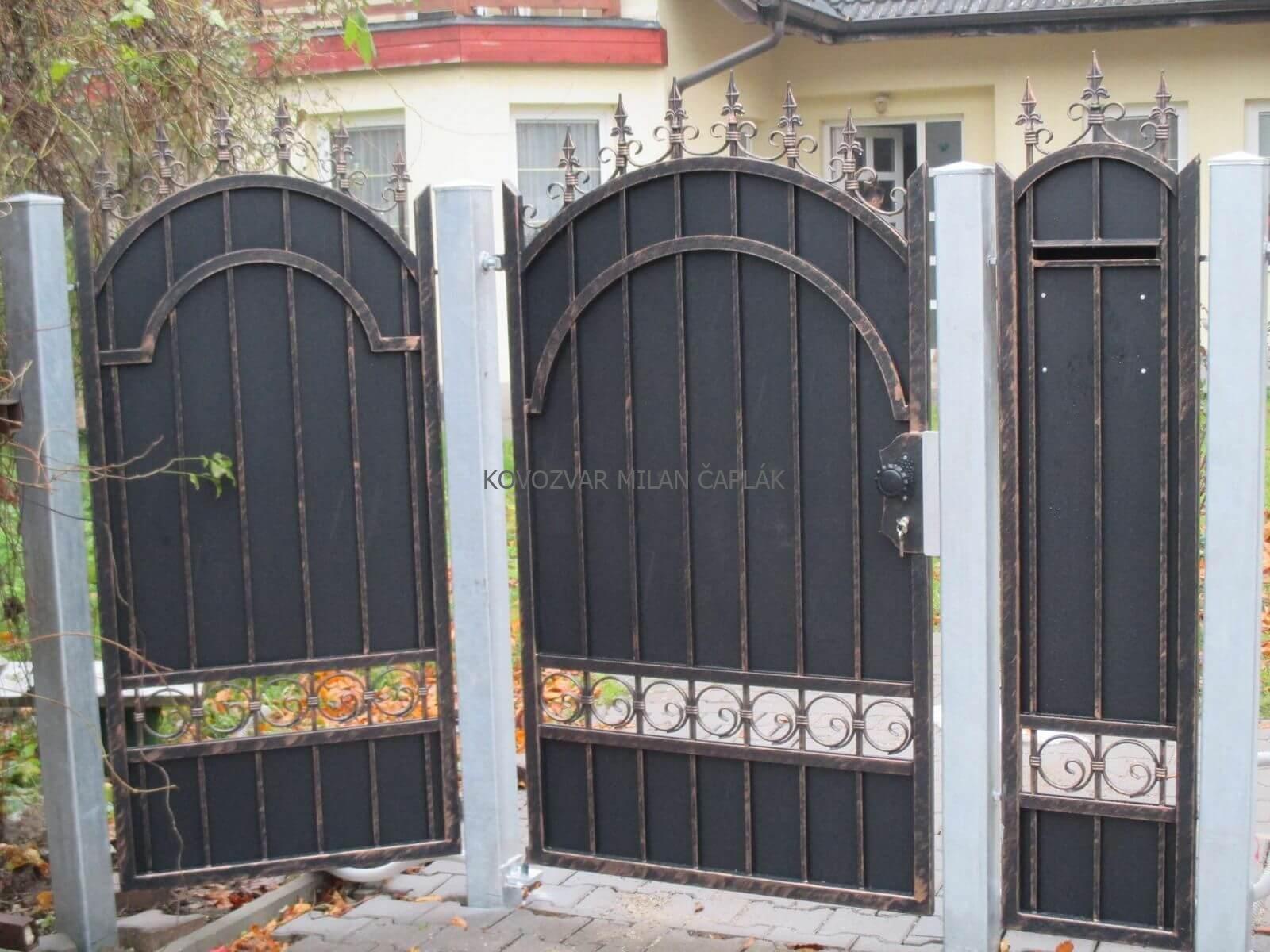 Posuvné kované brány, Samonosné kované brány, Dvojkrídlové kované brány, Pozinkované kované brány, Práškovo maľované kované brány, Luxusné kované brány za jedinečné ceny na trhu.