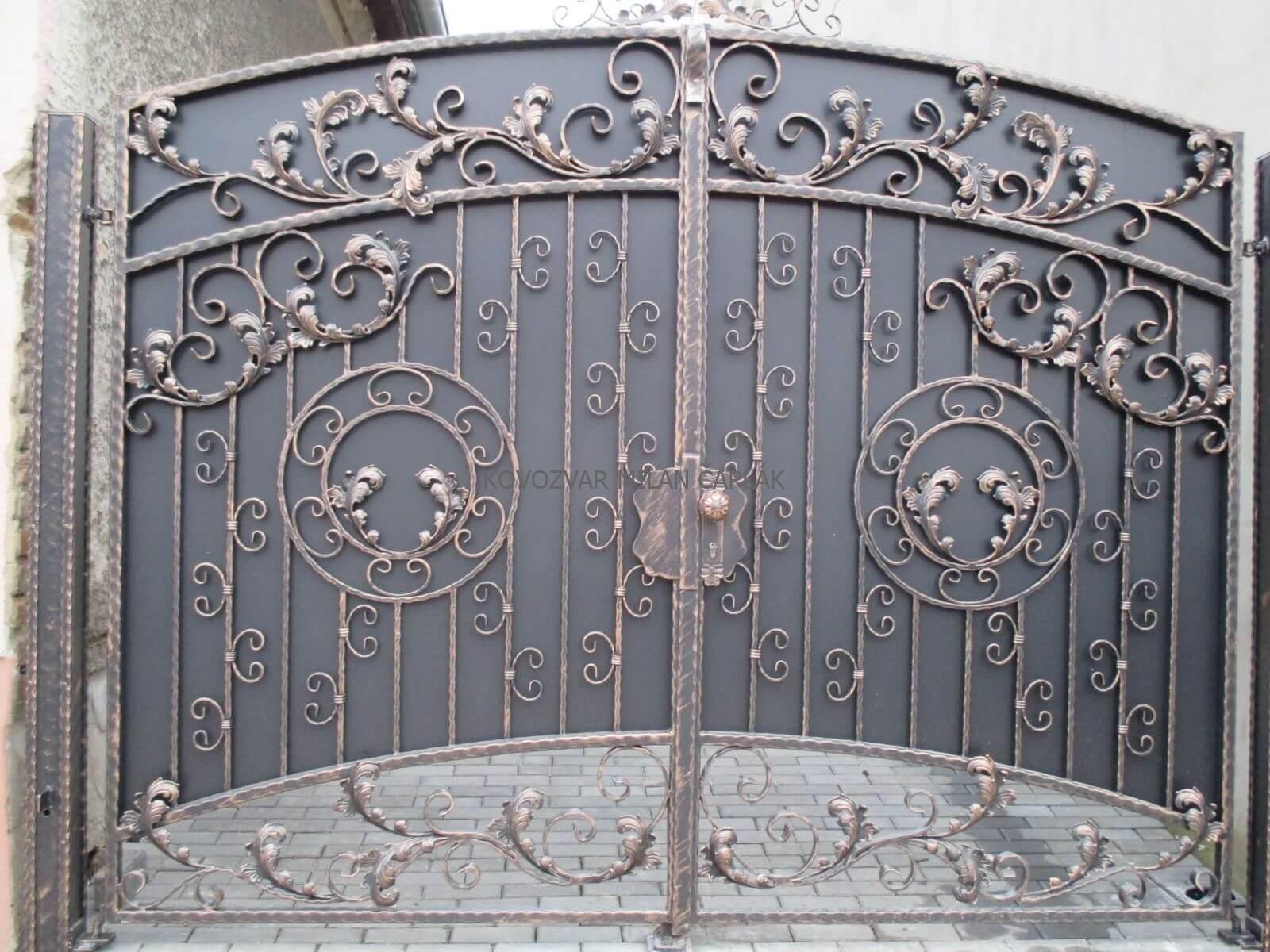 Kované brány, kované ploty, kované mreže, kované balkóny, kované zábradlia, kované postele, kované kvety a doplnky.