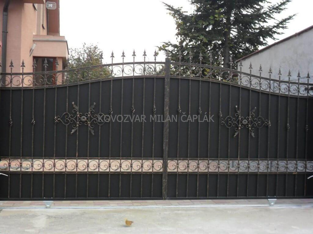 Posuvné kované brány, Samonosné kované brány, Dvojkrídlové kované brány, Pozinkované kované brány, Práškovo maľované kované brány, Luxusné kované brány