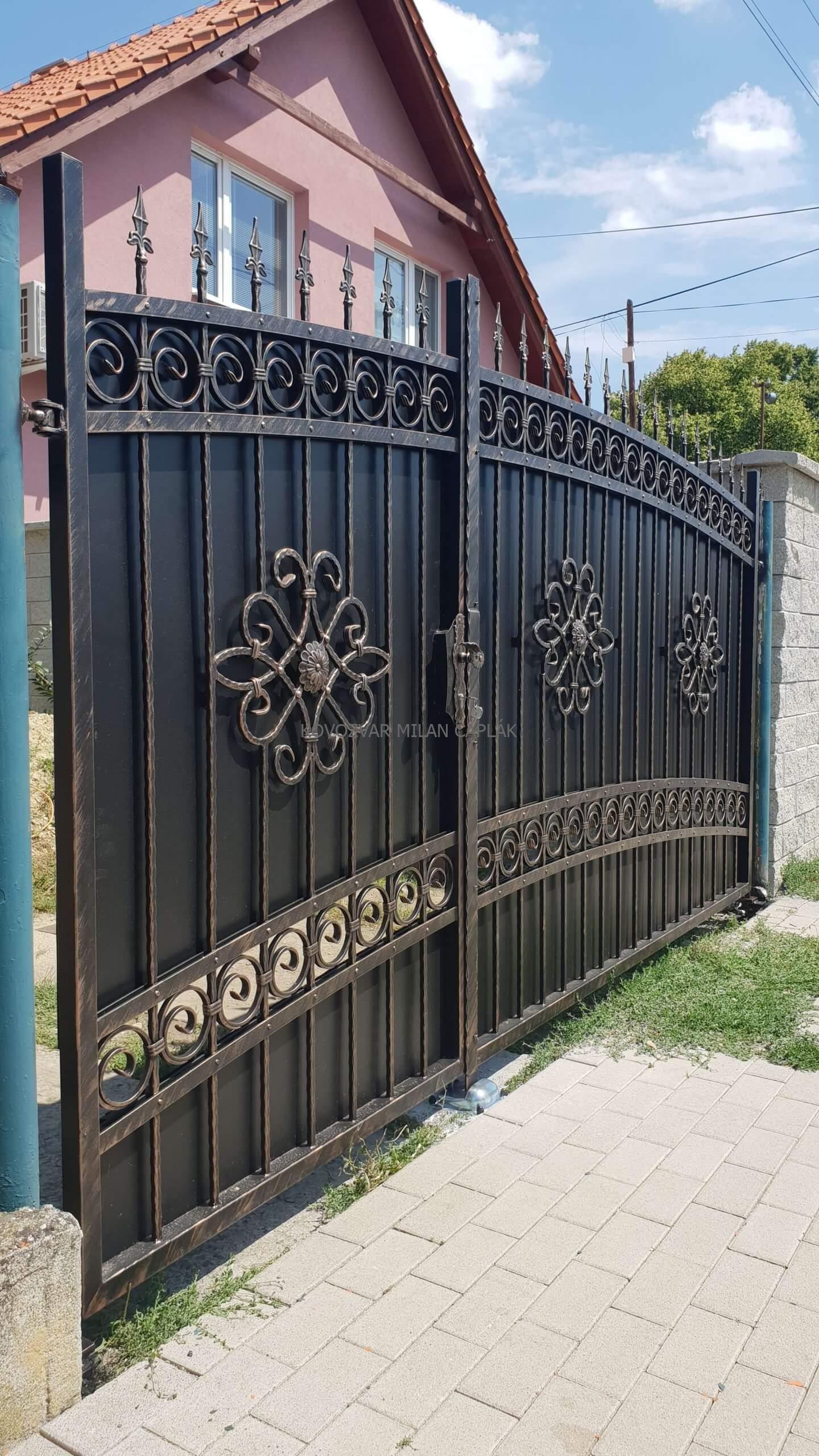 Kovaná brána osadená v okrese Topoľčany