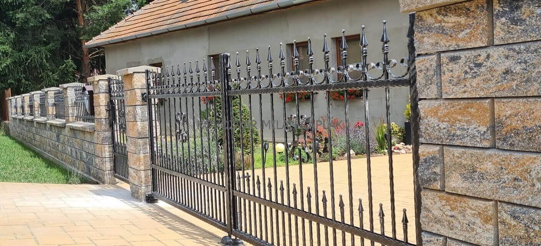 Montáž brány a plota v čiernej farbe so striebornou pätinou